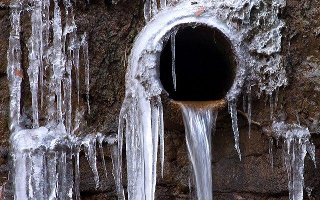 winter-pipe-leak