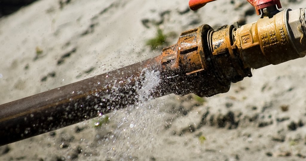 broken-water-pipe-leak